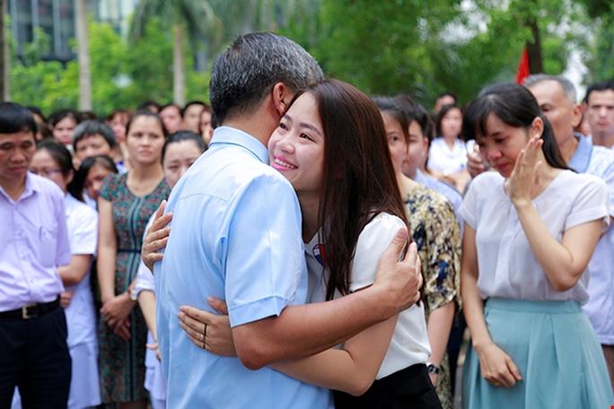 Bệnh nhân xúc động chia tay GS Nguyễn Anh Trí về hưu - Ảnh 9.