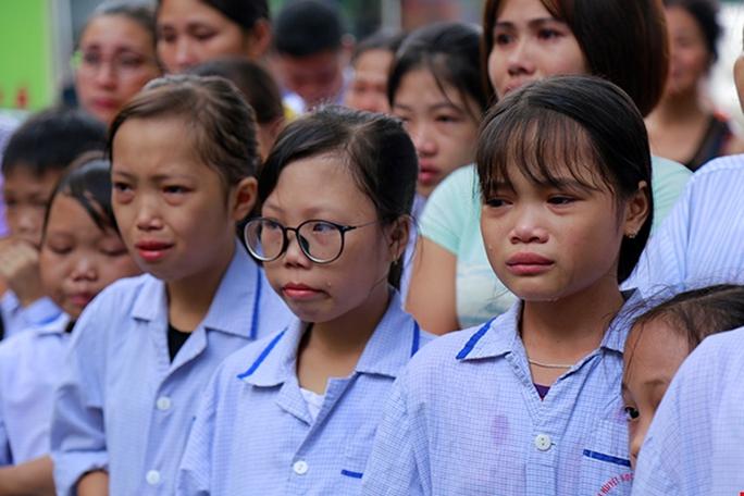 Bệnh nhân xúc động chia tay GS Nguyễn Anh Trí về hưu - Ảnh 10.