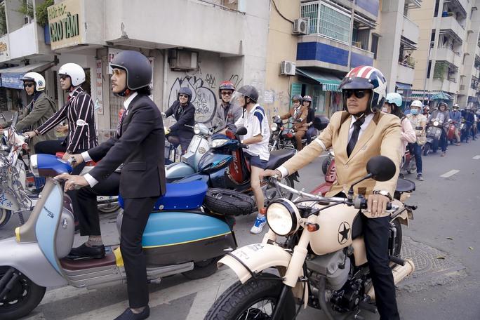 Quý ông, quý bà cưỡi mô tô, xe cổ gây quỹ từ thiện - Ảnh 5.