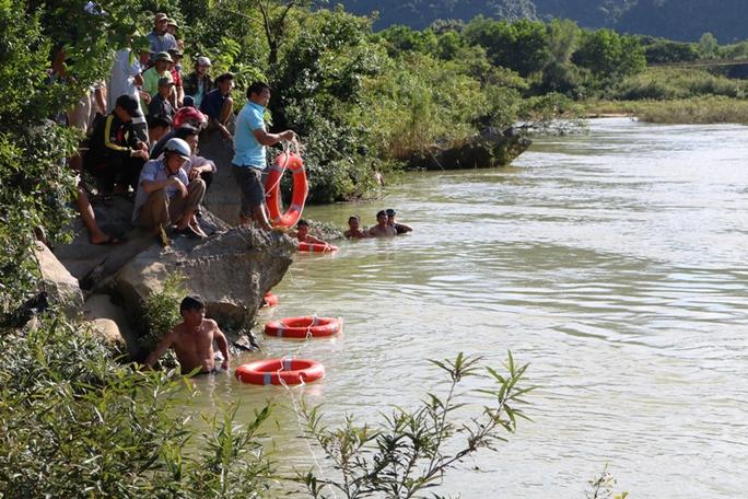 Tìm thấy thi thể 2 học sinh Quảng Bình mất tích trên sông - Ảnh 1.