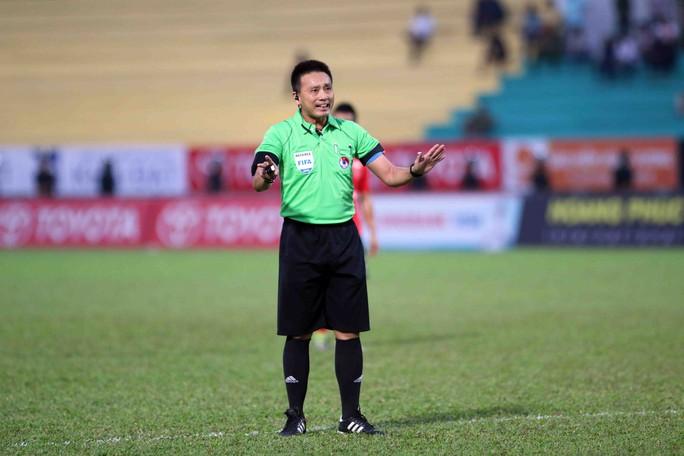 Trọng tài không sai dù 2 lần giơ bảng bù giờ, trưởng Ban trọng tài Nguyễn Văn Mùi chia sẻ