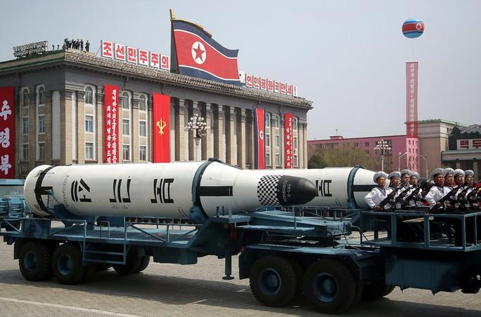 Tên lửa đạn đạo phóng từ tàu ngầm Pukguksong-1 của Triều Tiên tại cuộc duyệt binh hôm 15-4. Ảnh: AP
