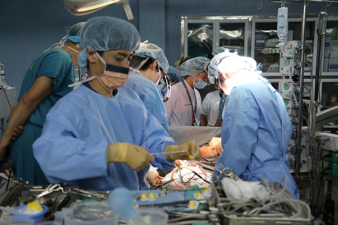Các y, bác sĩ tiến hành ca phép phổi cứu sống bé trai 7 tuổi