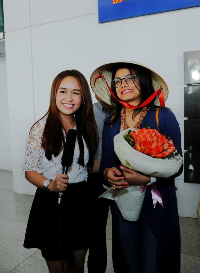 Diễn viên Toral Rasputra duyên dáng với nón lá