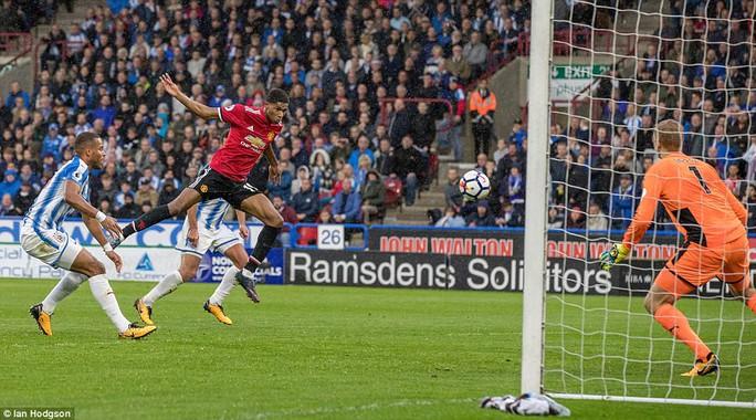 M.U thua sốc Huddersfield: Mourinho khẩu phục - Ảnh 3.