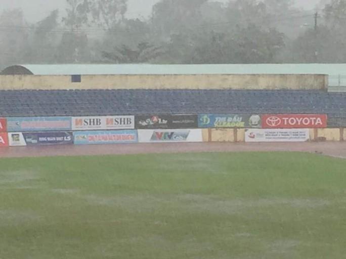 Hoãn trận Quảng Nam - Than Quảng Ninh, cầu thủ Khánh Hòa khóc sau bão - Ảnh 1.