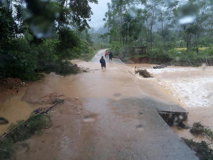 Cận cảnh Bắc Trung Bộ chìm trong mưa lũ - Ảnh 16.