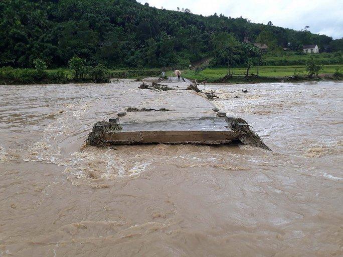 Cận cảnh Bắc Trung Bộ chìm trong mưa lũ - Ảnh 18.