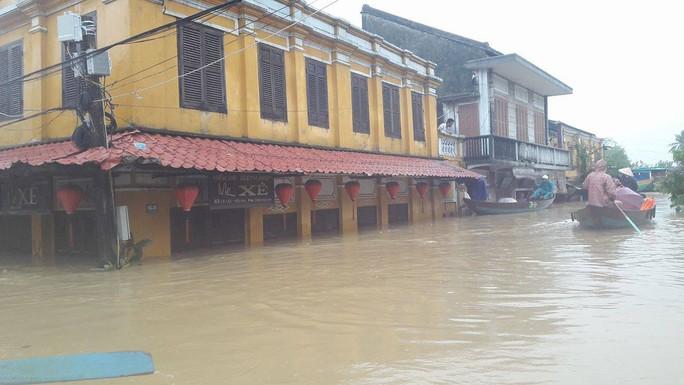 Miền Trung: Nhiều nơi còn ngập chìm trong nước, cô lập - Ảnh 12.