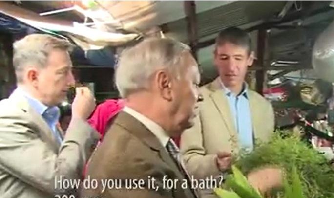 Đại sứ Romania, ngài Valerui Arteni, tỏ ra rất hiểu biết về văn hóa truyền thống của Việt Nam khi hỏi mua cây mùi già để tắm - Ản cắt từ clip