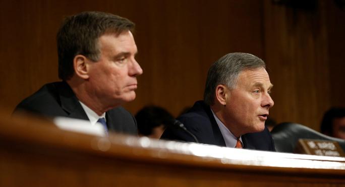 Ông Richard Burr (phải), Chủ tịch Ủy ban Tình báo Thượng viện, tại cuộc điều trần hôm 30-3 Ảnh: Reuters