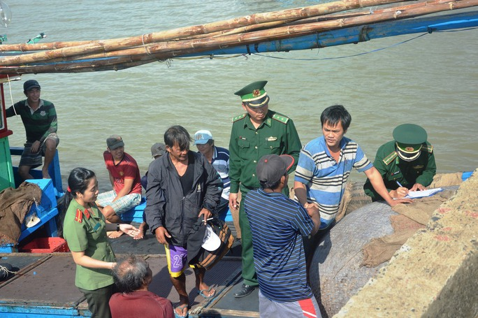 2 ngư dân Philippines cảm ơn thuyền trưởng Hưng (thứ 2 từ phải sang) trước khi lên bờ an toàn (Ảnh: Kim Oanh)