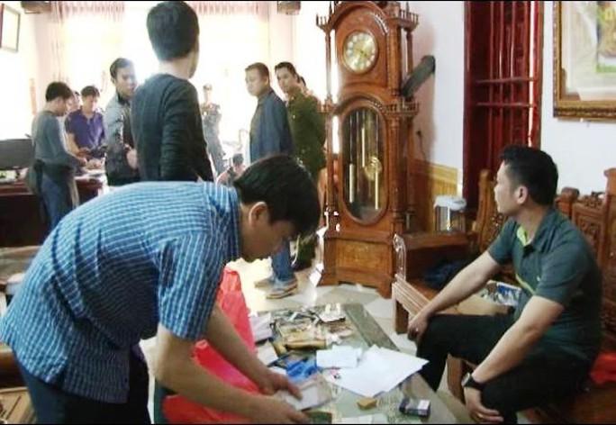 Lực lượng Công an đang lập biên bản hiện trường vụ bắt bạc ở Ninh Bình