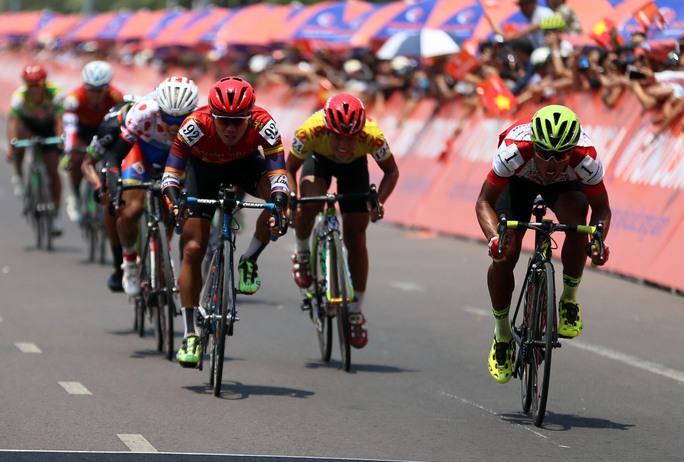 Nguyễn Trường Tài (bìa phải) về nhất chặng đua thứ 11