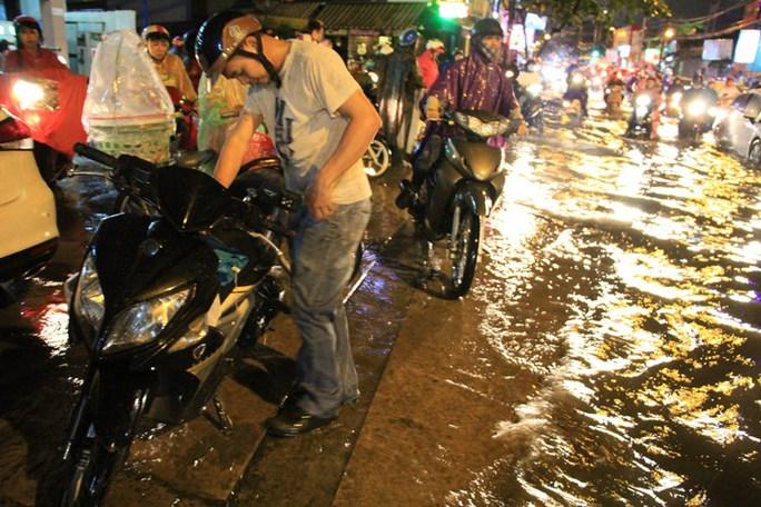 TP HCM: Mưa lớn, nhiều tuyến đường chìm trong biển nước - Ảnh 3.