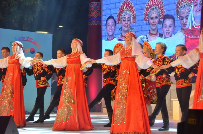 Ngắm nghệ sĩ Việt - Hàn - Nga - Campuchia lộng lẫy trên sân khấu - Ảnh 16.