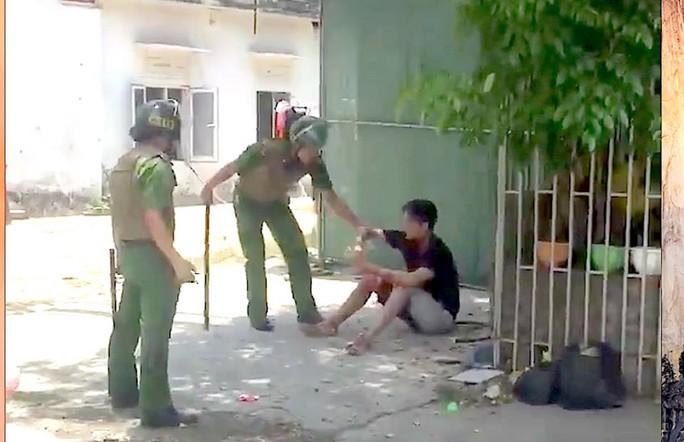 Nam thanh niên cầm dao cứa cổ mình, đe dọa cảnh sát - Ảnh 2.