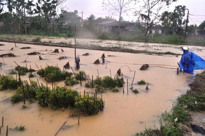 Nước lũ tại Huế lại lên, Đà Nẵng hàng ngàn hộ dân còn ngập - Ảnh 6.