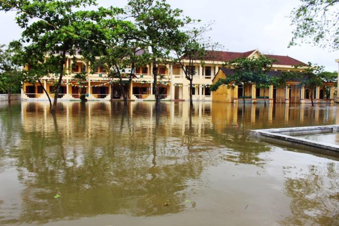 Cận cảnh Bắc Trung Bộ chìm trong mưa lũ - Ảnh 20.