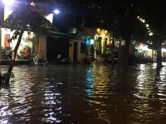 Mưa lớn, Hà Nội ngập sâu, giao thông hỗn loạn - Ảnh 4.