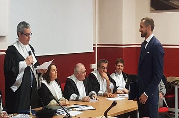 Chiellini nghe công bố kết quả bảo vệ luận án thạc sĩ