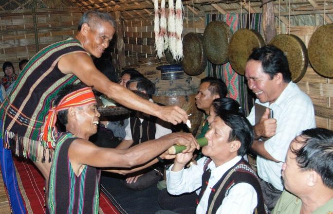 Một nghi lễ mời rượu cần của người Mạ