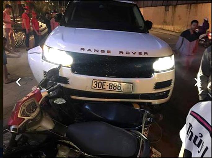 Chiếc xe Range Rover chỉ dừng lại khi tông vào hàng loạt xe trên vỉa hè - Ảnh: CTV