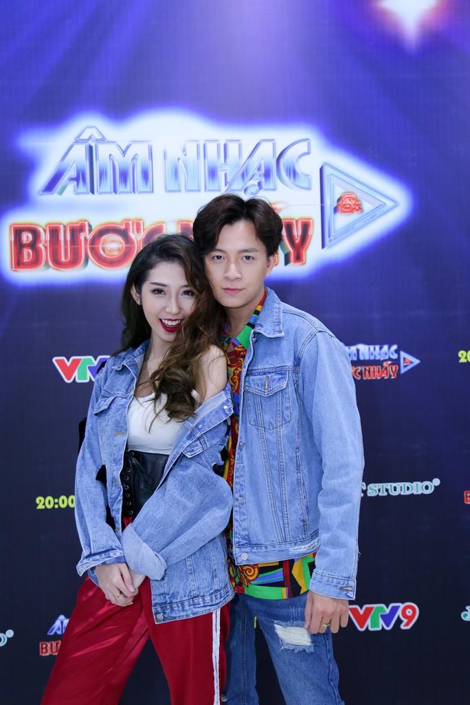 Cặp đôi Ngô Kiến Huy - Khổng Tú Quỳnh tình cảm lãng mạn trong hậu trường - Ảnh 1.