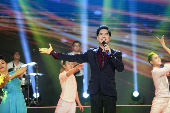Ca sĩ Ngọc Sơn góp mặt trong chương trình với ca khúc nhạc xuân nổi tiếng Xuân và tuổi trẻ