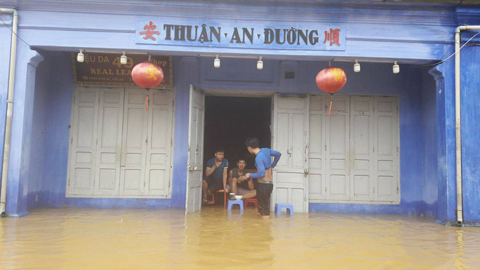Miền Trung: Nhiều nơi còn ngập chìm trong nước, cô lập - Ảnh 13.
