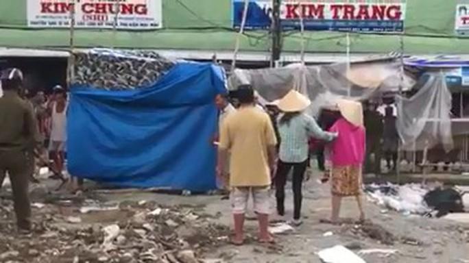 Cảnh sát nổ súng bắt người đàn ông cầm hung khí ngăn thi công chợ - Ảnh 1.