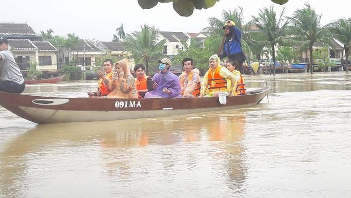 Miền Trung: Nhiều nơi còn ngập chìm trong nước, cô lập - Ảnh 14.