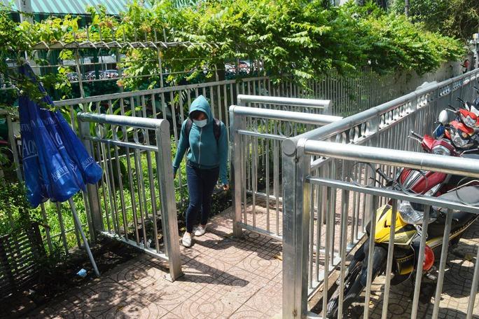 Người đi bộ thoải mái hơn khi hàng rào được tháo bớt