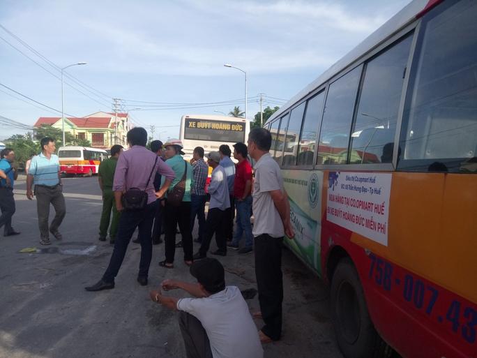 Chây ì đóng BHXH, công ty xe buýt bị người lao động bao vây - Ảnh 1.