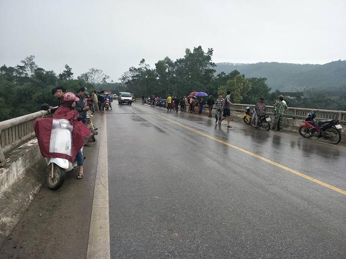 Thầy giáo rời nhà mất tích, xe máy và dép để trên cầu - Ảnh 1.