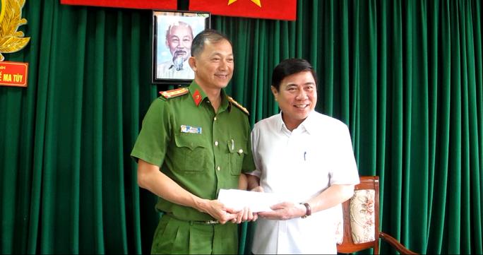 Ông Nguyễn Thành Phong trao thưởng Phòng PC47 Công an TP HCM
