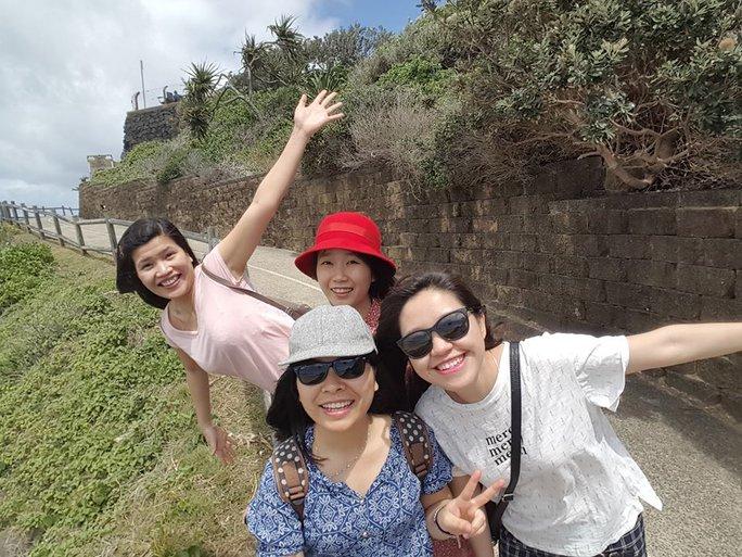 TNCS Nguyễn Thuỳ Phương (ngoài cùng bên trái) chia sẻ ước nguyện đón một năm mới hạnh phúc bên chồng con.