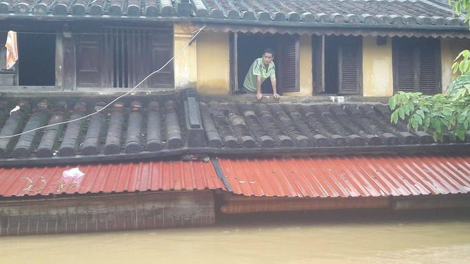 Miền Trung: Nhiều nơi còn ngập chìm trong nước, cô lập - Ảnh 15.
