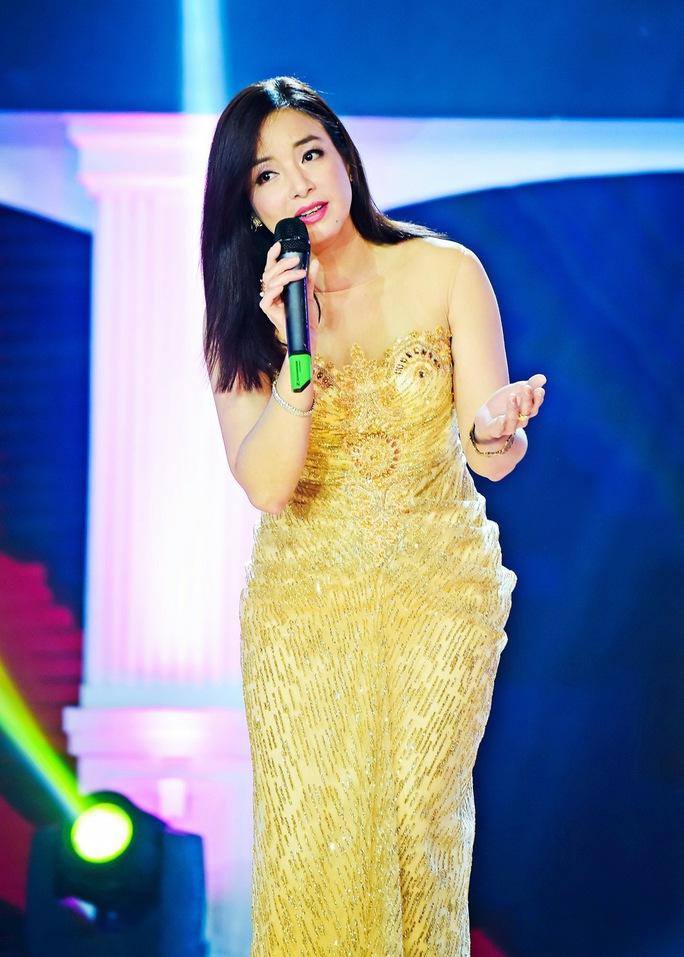 Ca sĩ Như Hảo trình diễn trong chương trình Tình khúc vượt thời gian tháng 3