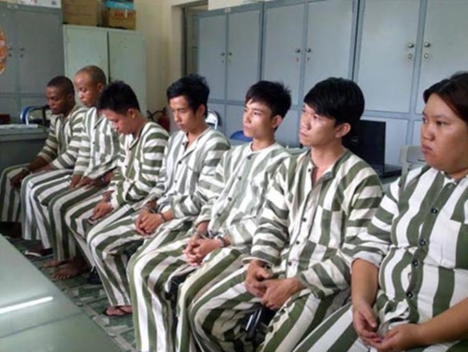 Yêu trai Tây, quý bà Việt dâng gần 4 tỉ đồng - Ảnh 1.