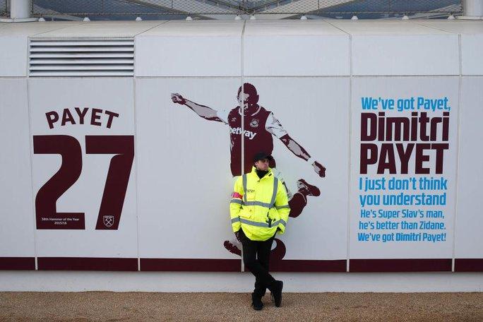 Cảnh sát được tăng cường bảo vệ hình ảnh Payet bên ngoài sân