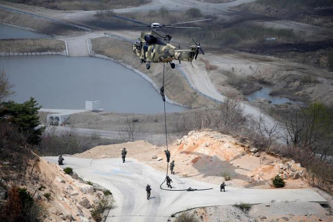 Binh sĩ Hàn Quốc tập đáp xuống đất từ máy bay trực thăng. Ảnh: Reuters