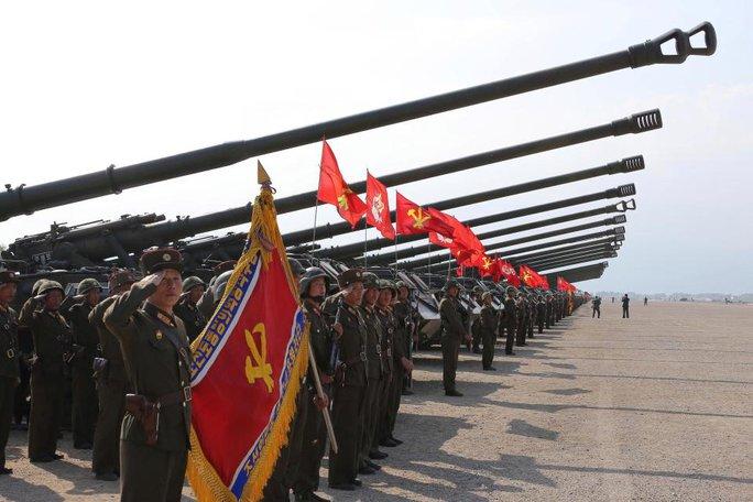 Hơn 300 pháo binh hạng nặng được triển khai trong buổi tập trận hôm 25-4. Ảnh: The Sun
