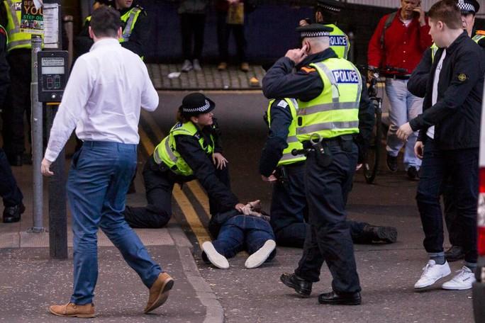 CĐV Anh,Scotland lại đánh nhau đổ máu - Ảnh 1.