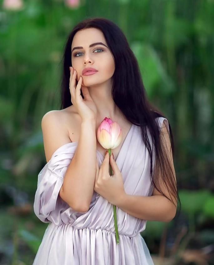 Người mẫu bị phạt vì chụp ảnh bên hoa sen quý - Ảnh 3.