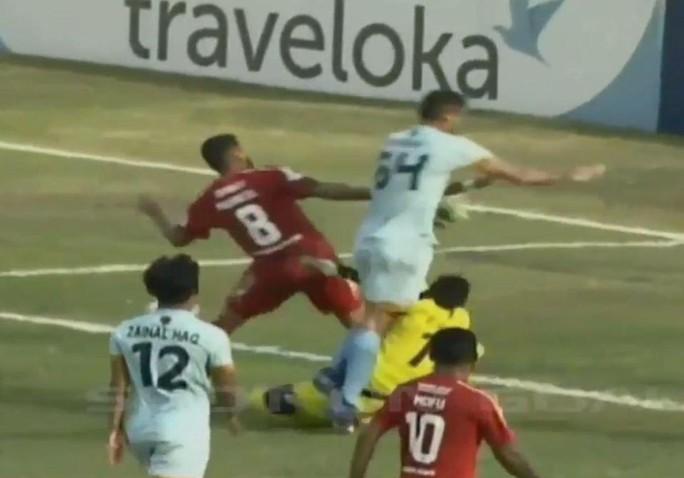 Những vụ va chạm khiến thủ môn chết trên sân - Ảnh 2.
