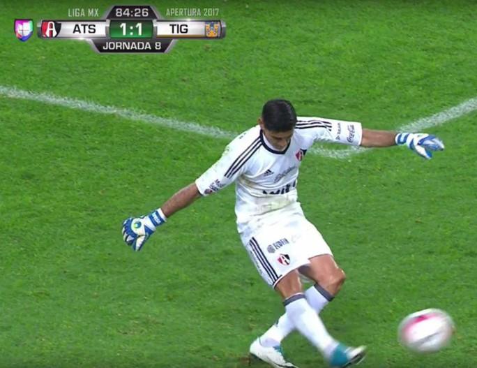 Chấn thương ghê rợn, thủ môn khóc ngất tại sân  - Ảnh 2.