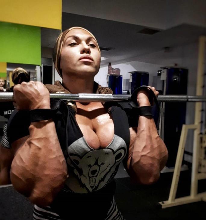 Choáng với cơ bắp của nữ lực sĩ nặng 90 kg - Ảnh 2.
