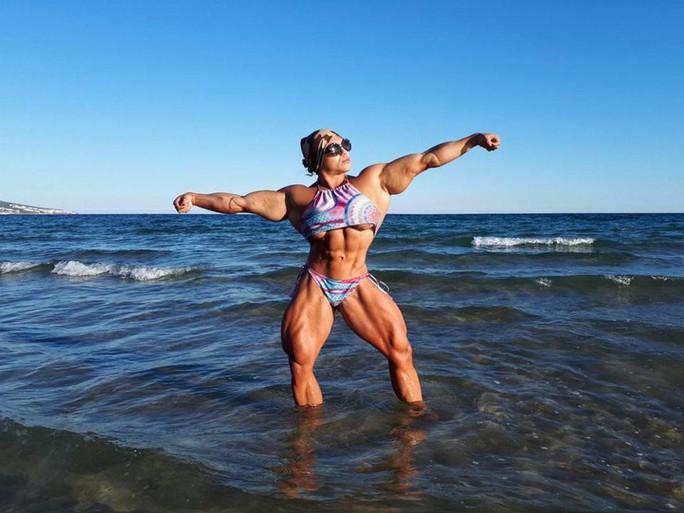 Choáng với cơ bắp của nữ lực sĩ nặng 90 kg - Ảnh 4.