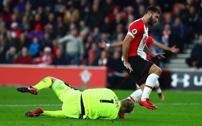 Đạp vỡ mũi đối thủ, sao Southampton bị cấm 3 trận - Ảnh 1.